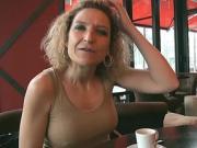 Bea, cougar blonde au gros seins aime manger de la bite black