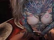 Pamela rubia con grandes tetas y piercing con cuerpo tatuado