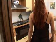 Puttane di periferia: una Milf si porta in casa un barbone