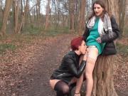 La domina initie cette petite brunette aux plaisirs lesbiens