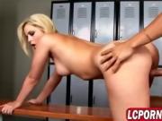 Cheerleader enjoys sex in the lockers