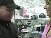 Bob neukt camera verkoopster