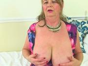 English gilf Elle fingers her sweet matured cunny