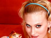 Blond Bitch Eats a Jizz-Lovers Pizza!