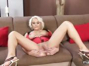Hot czech cutie gapes her pink vagina to the strange